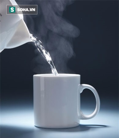 1001 lý do nên uống nước ấm vào mỗi buổi sáng ngay sau khi ngủ dậy - Ảnh 1.