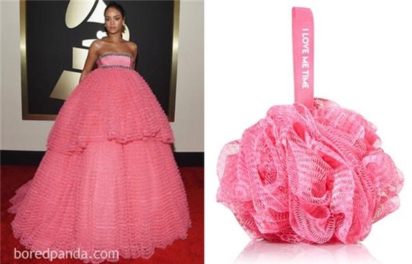 Váy hiệu ư?Chung quy lại Rihanna cứ như chiếc bông tắm nhỏ xinh màu hồng nữ tính.