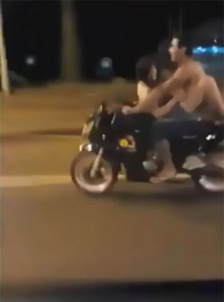soc: doi nam nu vua di xe may vua lam 'chuyen ay' tren duong pho - 2