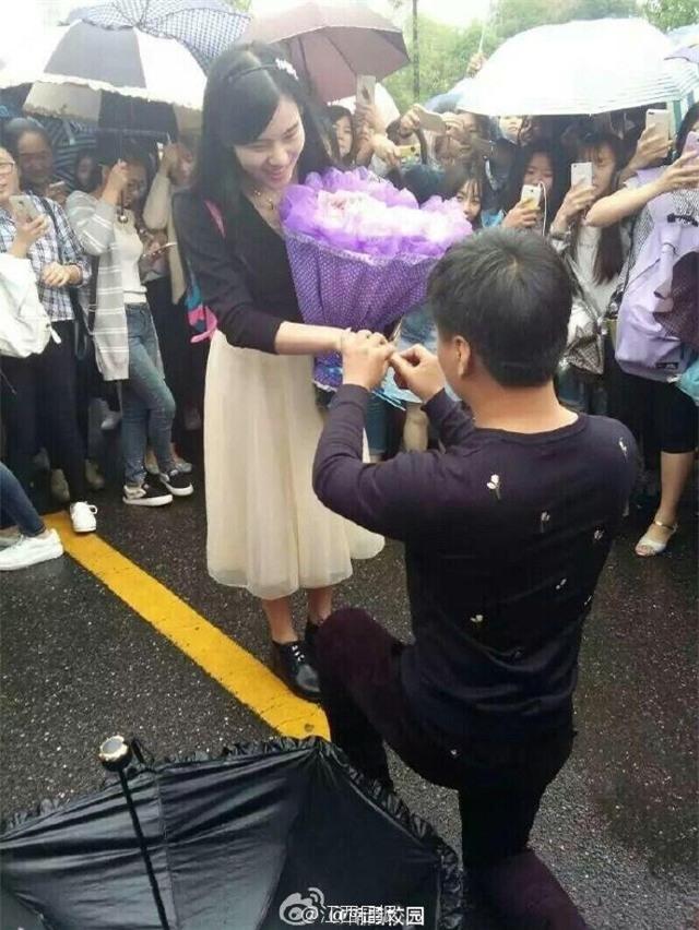 Chang trai Trung Quoc tang ban gai bo hoa lam bang tien hinh anh 2