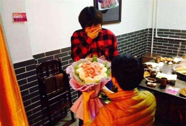 Chang trai Trung Quoc tang ban gai bo hoa lam bang tien hinh anh 3