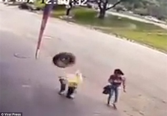 Người đàn ông đen đủi bị chiếc bánh xe từ trên trời rơi trúng đầu - Ảnh 2.