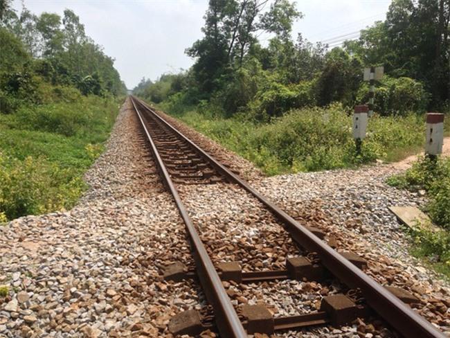 Ngồi chơi trên đường ray, bé trai 2 tuổi bị tàu tông tử vong - Ảnh 1.