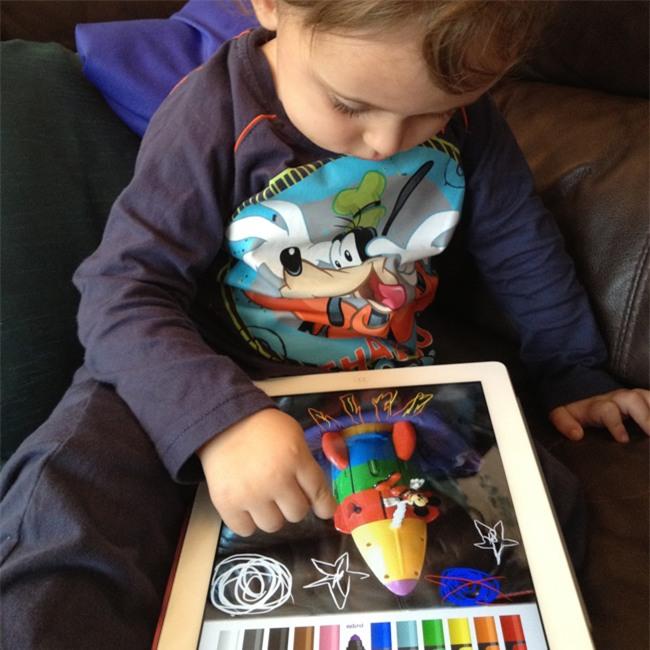 Nhìn loạt ảnh này để thấy trẻ con thời công nghệ bây giờ khác xa quá - Ảnh 4.