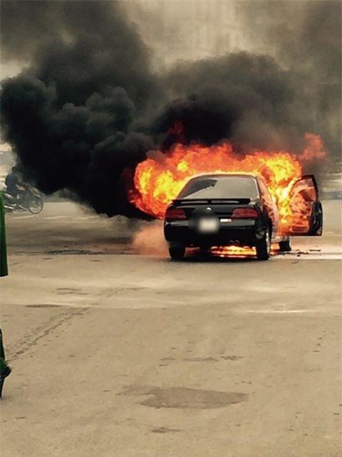 Hà Nội: Ô tô 4 chỗ bốc cháy dữ dội giữa ngã tư - Ảnh 2.