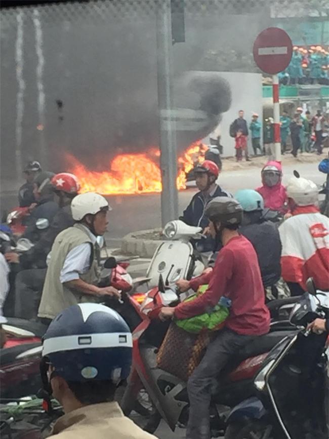 Hà Nội: Ô tô 4 chỗ bốc cháy dữ dội giữa ngã tư - Ảnh 4.