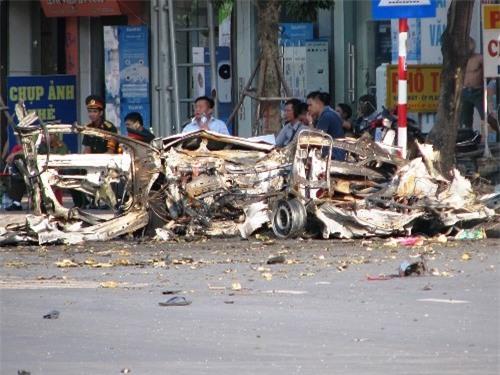 Taxi 4 chỗ vỡ tung tóe sau vụ nổ do hành khách có ý định tự vẫn mang mìn lên xe