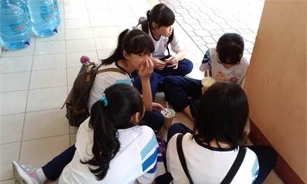 Nhiều học sinh hiện nay học 2 buổi/ ngày nhưng vẫn đi học thêm nên không có thời gian thể dục thể thao.