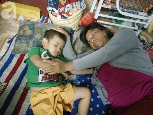 Mẹ bán vé số òa khóc khi tìm thấy con trai 3 tuổi thất lạc sau nhiều giờ đồng hồ trong đêm - Ảnh 1.