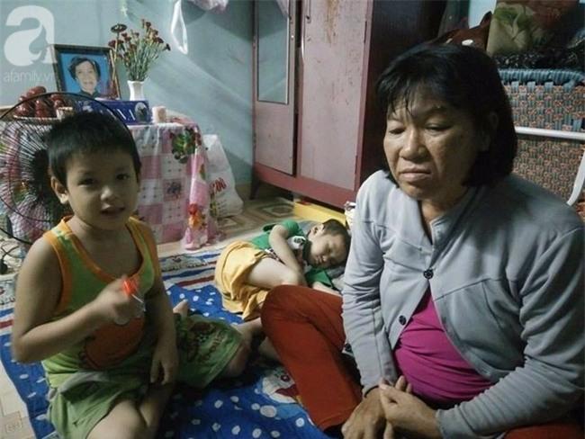 Mẹ bán vé số òa khóc khi tìm thấy con trai 3 tuổi thất lạc sau nhiều giờ đồng hồ trong đêm - Ảnh 2.