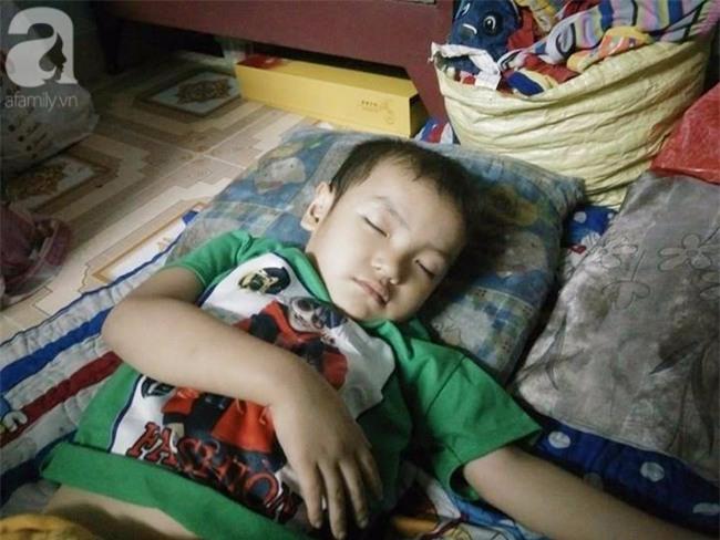 Mẹ bán vé số òa khóc khi tìm thấy con trai 3 tuổi thất lạc sau nhiều giờ đồng hồ trong đêm - Ảnh 3.