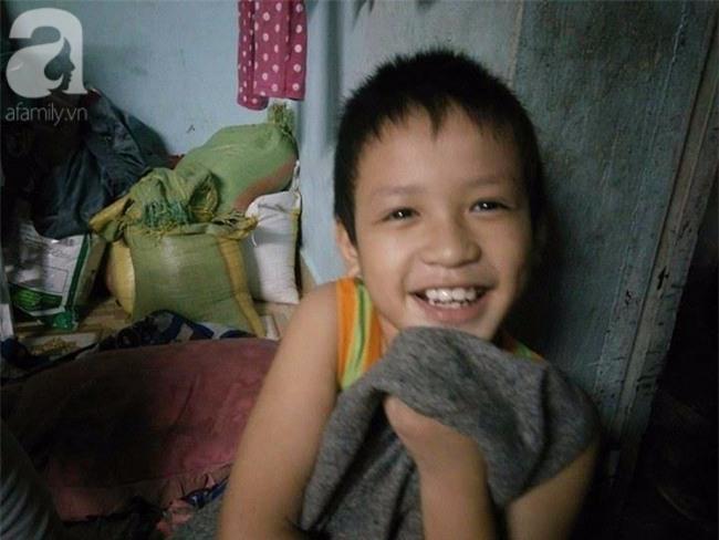 Mẹ bán vé số òa khóc khi tìm thấy con trai 3 tuổi thất lạc sau nhiều giờ đồng hồ trong đêm - Ảnh 9.