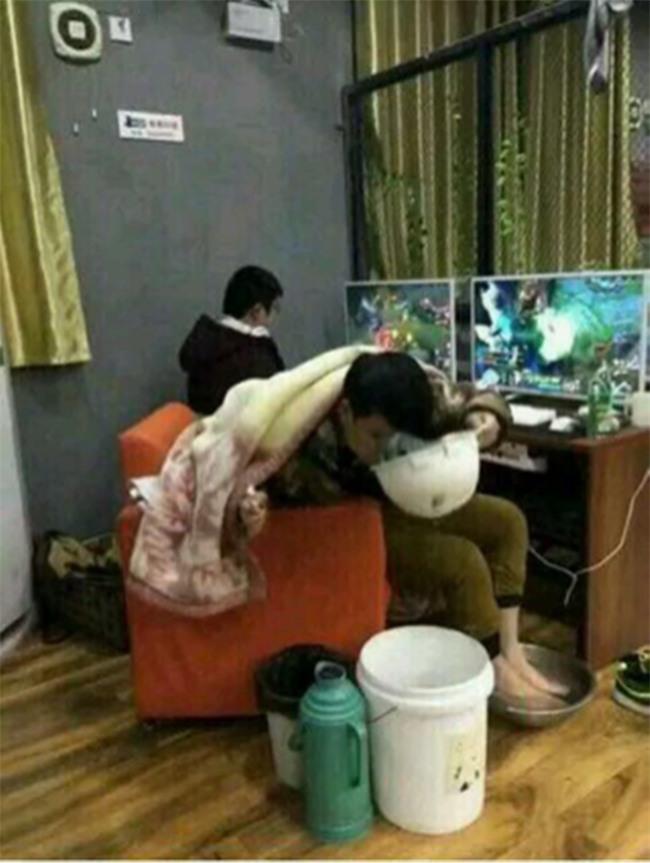 Trung Quốc: Game thủ nôn ra máu vẫn đòi mọi người đỡ dậy để chơi tiếp vì sắp thắng - Ảnh 8.
