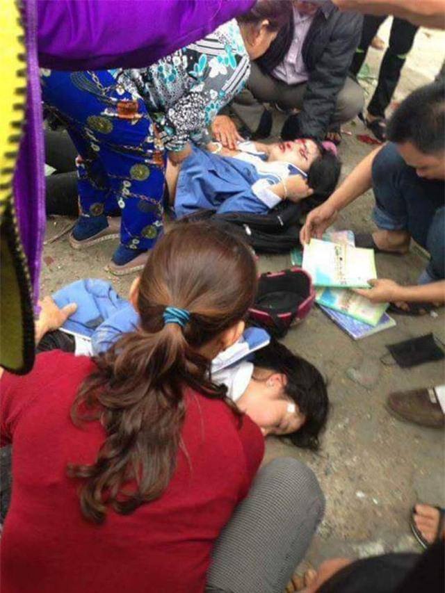Hai chị em bất tỉnh do tự đâm vào ô tô đậu trong sân nhà dân