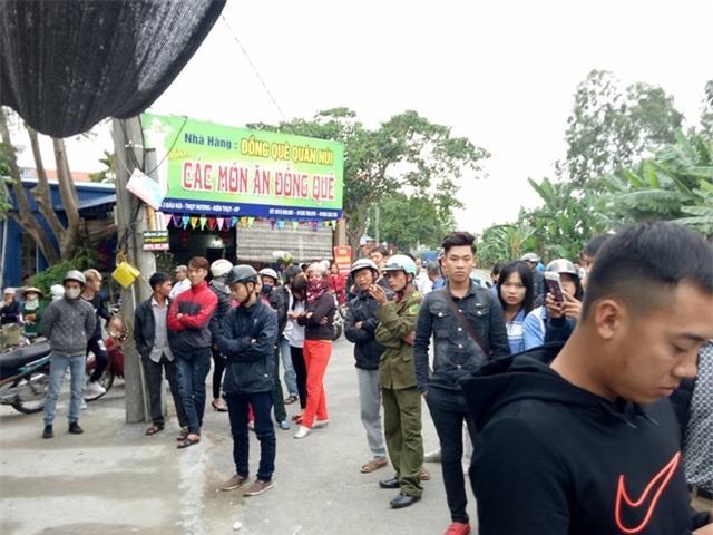 Hàng trăm người dân có mặt, đòi giữ xe chuyên dụng của CSGT vì cho rằng CSGT đã đuổi người vi phạm khiến xảy ra tai nạn.