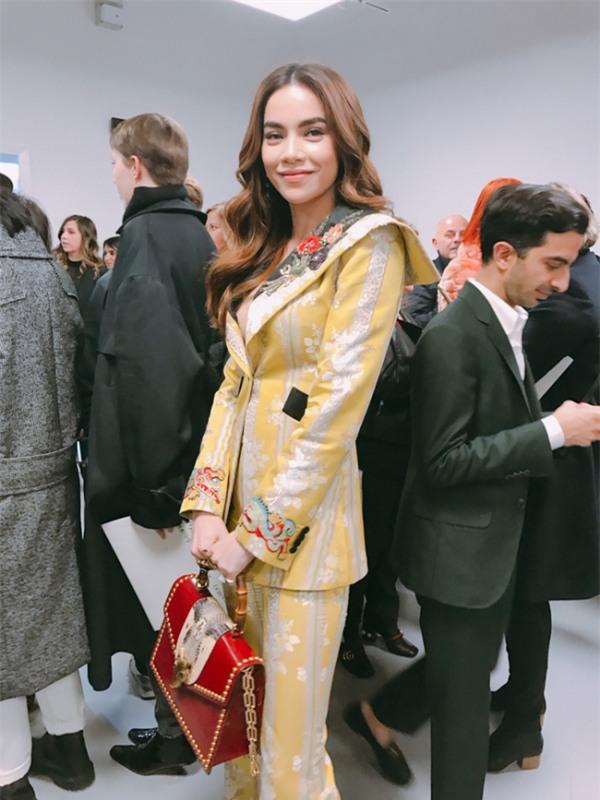 Những ồn ào xoay quanh chuyện phong cách, trang phục của các người đẹp Việt khi dự show thời trang quốc tế - Ảnh 1.