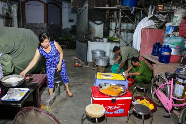 Hình ảnh ấm áp: Công an thức khuya dậy sớm nấu cháo phát miễn phí cho bệnh nhân nghèo ở Sài Gòn - Ảnh 2.