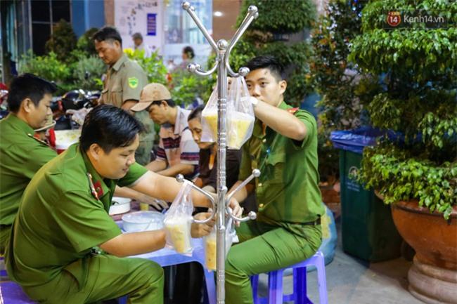 Hình ảnh ấm áp: Công an thức khuya dậy sớm nấu cháo phát miễn phí cho bệnh nhân nghèo ở Sài Gòn - Ảnh 13.
