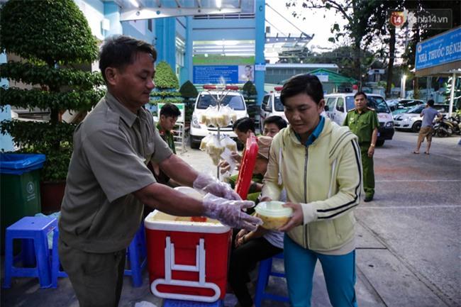 Hình ảnh ấm áp: Công an thức khuya dậy sớm nấu cháo phát miễn phí cho bệnh nhân nghèo ở Sài Gòn - Ảnh 15.