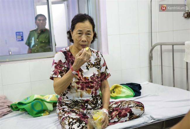 Hình ảnh ấm áp: Công an thức khuya dậy sớm nấu cháo phát miễn phí cho bệnh nhân nghèo ở Sài Gòn - Ảnh 18.