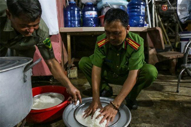 Hình ảnh ấm áp: Công an thức khuya dậy sớm nấu cháo phát miễn phí cho bệnh nhân nghèo ở Sài Gòn - Ảnh 3.