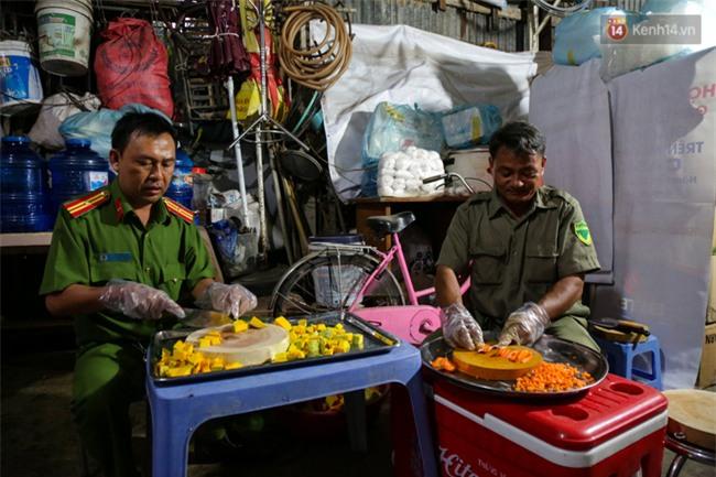 Hình ảnh ấm áp: Công an thức khuya dậy sớm nấu cháo phát miễn phí cho bệnh nhân nghèo ở Sài Gòn - Ảnh 5.