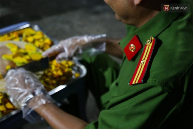 Hình ảnh ấm áp: Công an thức khuya dậy sớm nấu cháo phát miễn phí cho bệnh nhân nghèo ở Sài Gòn - Ảnh 6.