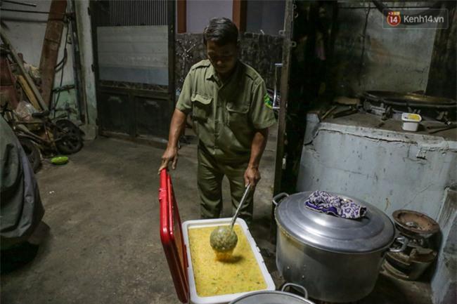 Hình ảnh ấm áp: Công an thức khuya dậy sớm nấu cháo phát miễn phí cho bệnh nhân nghèo ở Sài Gòn - Ảnh 8.