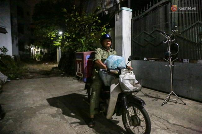 Hình ảnh ấm áp: Công an thức khuya dậy sớm nấu cháo phát miễn phí cho bệnh nhân nghèo ở Sài Gòn - Ảnh 9.