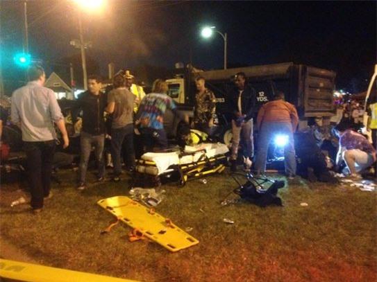 Xe tải lao vào đám đông ở New Orleans, hàng chục người bị thương nặng - Ảnh 2.