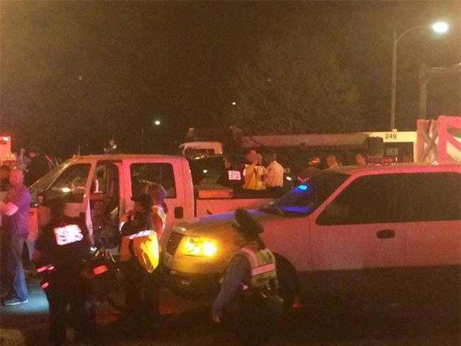 Xe tải lao vào đám đông ở New Orleans, hàng chục người bị thương nặng - Ảnh 3.