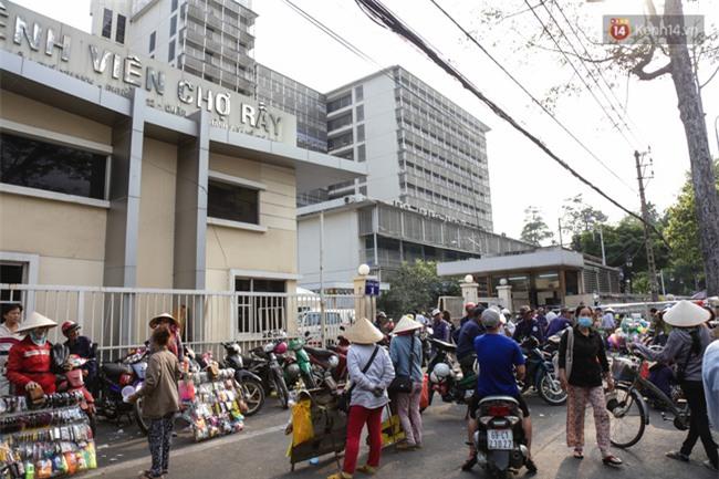 Chóng mặt vì đi bộ trên vỉa hè bị rào chắn như mê cung ở bệnh viện Chợ Rẫy Sài Gòn - Ảnh 1.