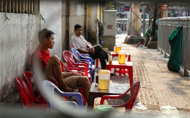 Chóng mặt vì đi bộ trên vỉa hè bị rào chắn như mê cung ở bệnh viện Chợ Rẫy Sài Gòn - Ảnh 11.