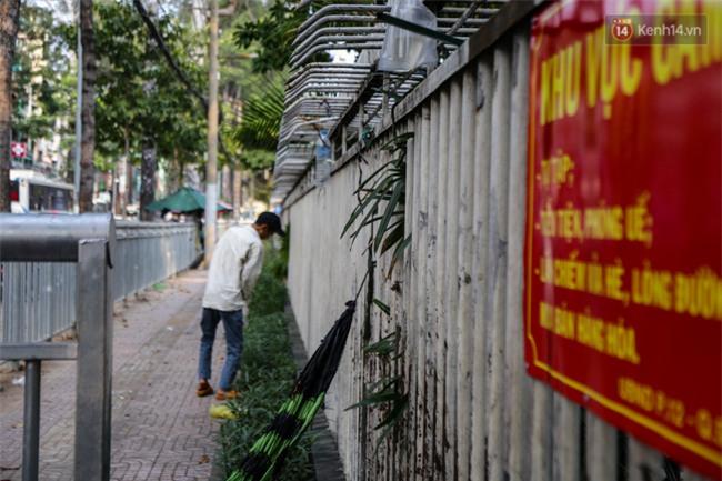 Chóng mặt vì đi bộ trên vỉa hè bị rào chắn như mê cung ở bệnh viện Chợ Rẫy Sài Gòn - Ảnh 12.