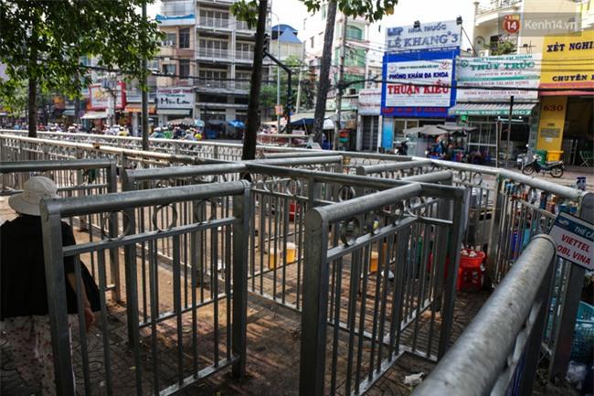 Chóng mặt vì đi bộ trên vỉa hè bị rào chắn như mê cung ở bệnh viện Chợ Rẫy Sài Gòn - Ảnh 2.