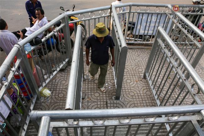 Chóng mặt vì đi bộ trên vỉa hè bị rào chắn như mê cung ở bệnh viện Chợ Rẫy Sài Gòn - Ảnh 4.