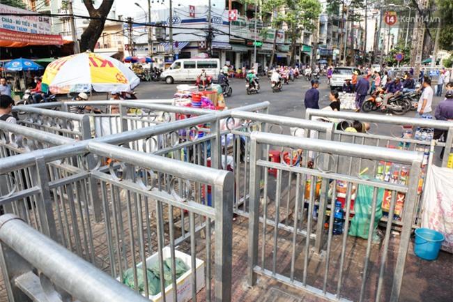 Chóng mặt vì đi bộ trên vỉa hè bị rào chắn như mê cung ở bệnh viện Chợ Rẫy Sài Gòn - Ảnh 6.