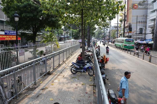 Chóng mặt vì đi bộ trên vỉa hè bị rào chắn như mê cung ở bệnh viện Chợ Rẫy Sài Gòn - Ảnh 8.