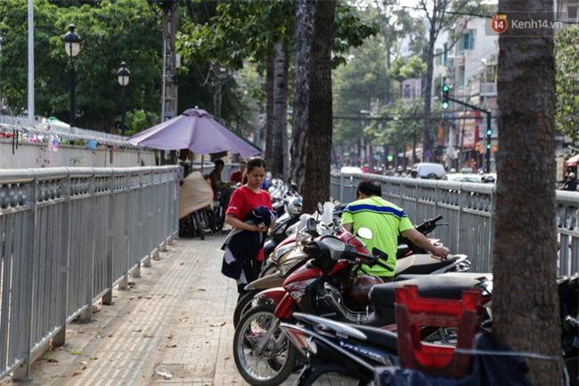 Chóng mặt vì đi bộ trên vỉa hè bị rào chắn như mê cung ở bệnh viện Chợ Rẫy Sài Gòn - Ảnh 9.