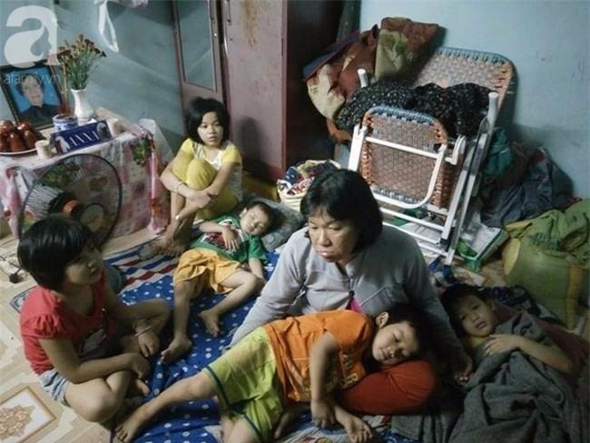 Người mẹ bán vé số vừa thất lạc đứa con út 3 tuổi ở Sài Gòn có tới 11 đứa con - Ảnh 11.