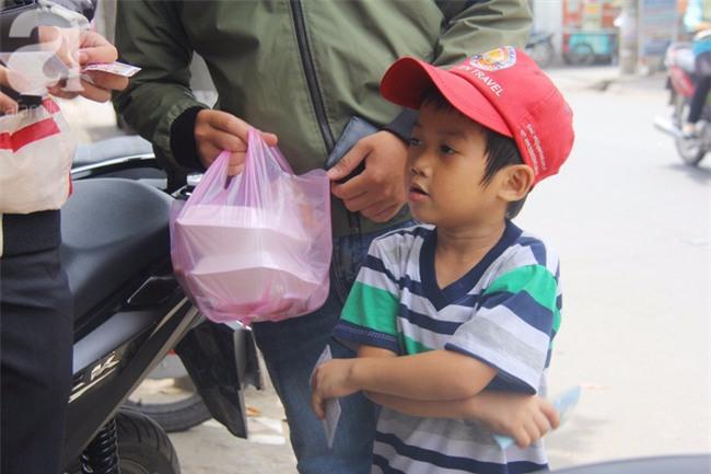 Người mẹ bán vé số vừa thất lạc đứa con út 3 tuổi ở Sài Gòn có tới 11 đứa con - Ảnh 19.
