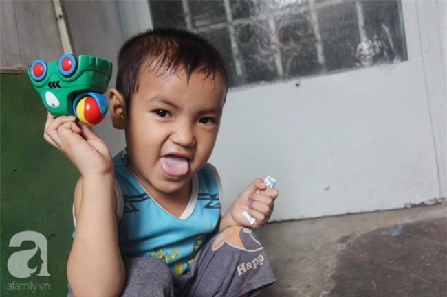 Người mẹ bán vé số vừa thất lạc đứa con út 3 tuổi ở Sài Gòn có tới 11 đứa con - Ảnh 3.