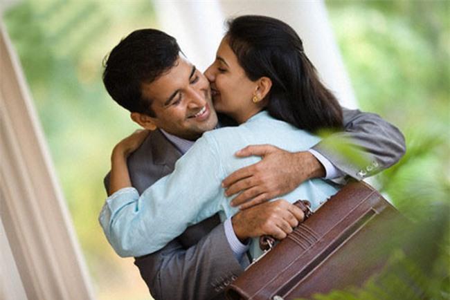 Cho chồng đọc ngay: hôn vợ trước khi đi làm sẽ giúp chồng thành công, giàu có và còn... - Ảnh 1.