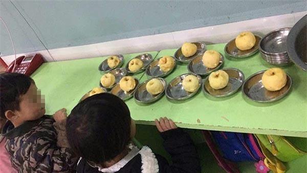 Trường mầm non cho học sinh ăn táo mốc khiến phụ huynh bức xúc - Ảnh 1.