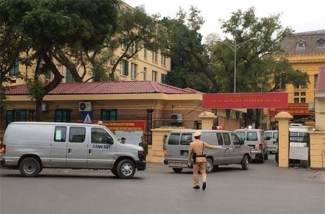 Đoàn xe thùng chở các bị cáo tới phiên tòa sáng nay