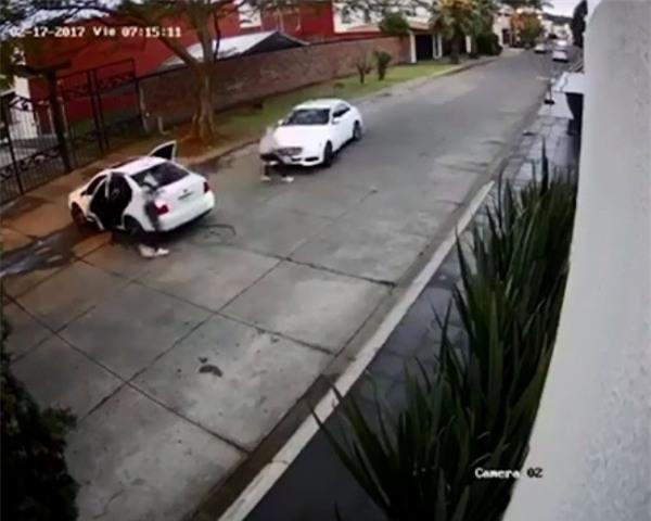 Clip: Đang lái xe, cô gái bị chặn đầu và bắt cóc như trong phim hành động - Ảnh 3.