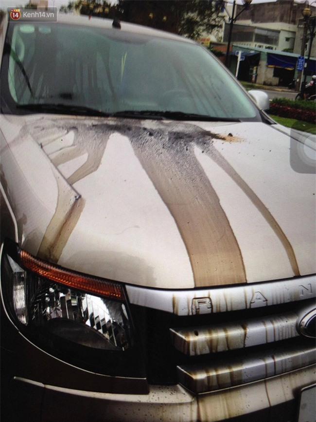 Để ô tô dưới chung cư, người đàn ông tá hỏa khi chiếc xe bị đổ đầy dầu nhớt và keo chó - Ảnh 1.