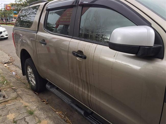 Để ô tô dưới chung cư, người đàn ông tá hỏa khi chiếc xe bị đổ đầy dầu nhớt và keo chó - Ảnh 2.