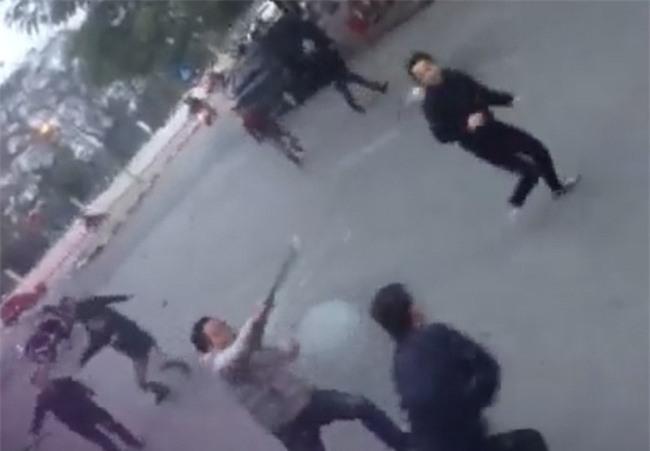 Hà Nội: Hai nhóm thanh niên cầm dao kiếm rượt đuổi nhau trên phố Trần Đại Nghĩa - Ảnh 2.