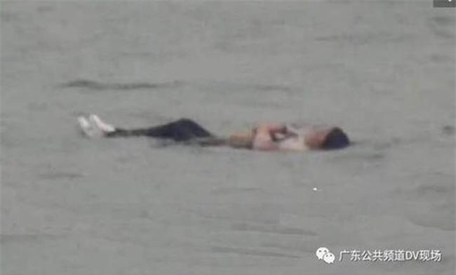 Cô gái nhảy sông tự tử nhưng béo quá không chìm được nên thoát chết - Ảnh 1.